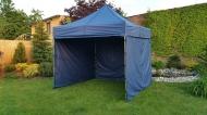 Stabilní nůžkový stan 3x3 m PROFI STEEL tmavě modrý s boky najde uplatnění na zahradách rodinných domů i na festivalech a jiných venkovních akcích.