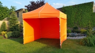 Stabilní nůžkový stan 3x3 m PROFI STEEL oranžový s boky najde uplatnění na zahradách rodinných domů i na festivalech a jiných venkovních akcích.