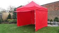 Stabilní nůžkový stan 3x3 m PROFI STEEL červený s boky najde uplatnění na zahradách rodinných domů i na festivalech a jiných venkovních akcích.