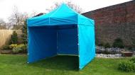 Stabilní nůžkový stan 3x3 m PROFI STEEL světle modrý s boky najde uplatnění na zahradách rodinných domů i na festivalech a jiných venkovních akcích.