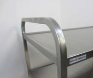 Nerezový servírovací vozík se dvěmi policemi.