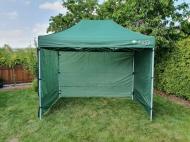 Nůžkový stan 3x2 m CLASSIC zelený se 4 boky se snadno a rychle skládá a díky odolným bočnicím vás skvěle ochrání při nepřízni počasí.