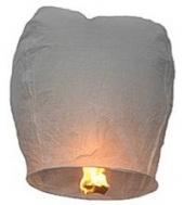 Lampiony štěstí bílé barvy - 1000 ks. Rozměry: 40 x 60 x 106cm (40cm v nejužším místě, 60cm v nejširším místě, 106cm výška).